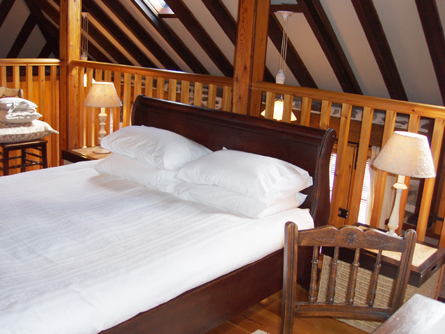 Kingsize bed on the mezzanine gallery