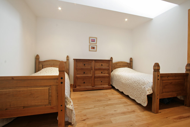 Twin bedroom with en-suite shower room
